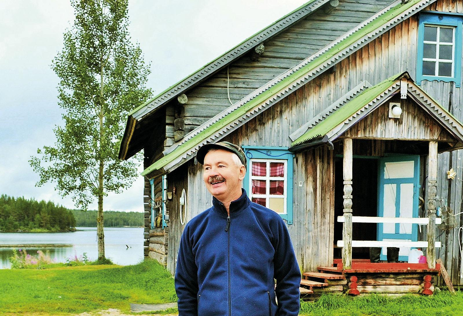 Santeri Lesonen hymyilee talonsa edustalla lippalakki pääsään.