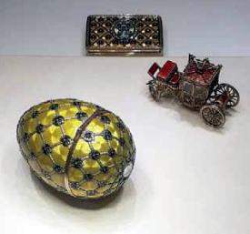 Kruunaus-niminen faberge-muna. Kullan keltainen väriltään ja pinnalla mustia pisteitä koristeena.