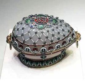 Renessans-niminen faberge-muna, harmaansininen ja koristeellinen monella tapaa.