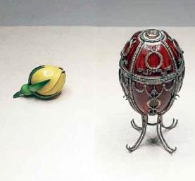 Ruusunnuppu-niminen faberge-muna. Punainen väriltään, mutta pinnalla muita koristeita.