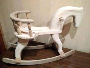 Valkoinen puinen keinuhevonen