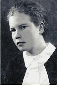 Nuori nainen paidassa jossa on iso valkoinen kaulus